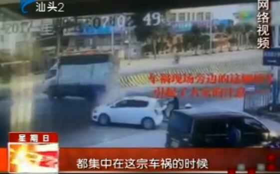 """货车""""甩尾""""撞摩托 附近""""校车""""疑超载 2017-03-26"""