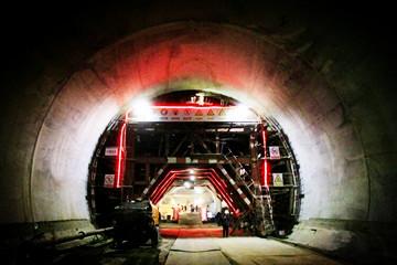 联通陕甘宁的银西高铁全线首座隧道贯通