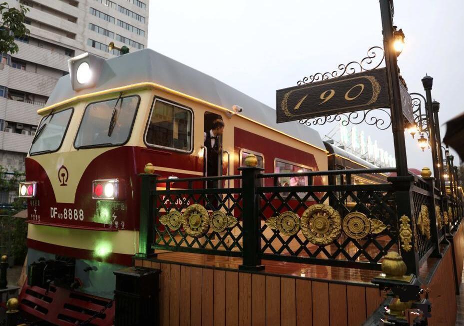 """哈尔滨开办""""绿皮车记忆""""火车餐厅"""