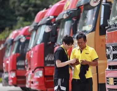 谁在驱使大货车玩命狂飙? 揭开货车挂靠潜规则