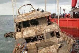 """泰""""凤凰号""""游船打捞出水 曾致47名中国游客遇难"""