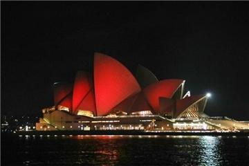 """悉尼歌剧院点亮""""中国红""""庆祝中国农历新年"""