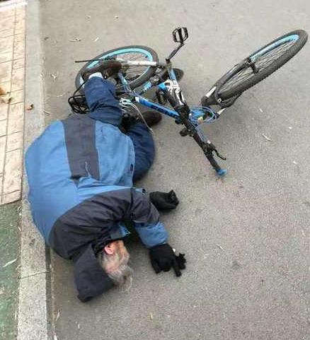 男子扶老人被指肇事者 警方:车把刮擦致老人摔倒