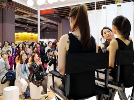今年全国化妆品零售额将超2700亿 男性开始购买彩妆