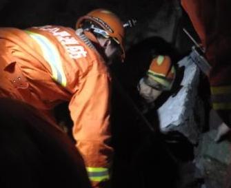 湖北一民房坍塌居民被困 消防員徒手挖出生命通道