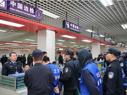 越南警方向中方移交23名电信网络诈骗犯罪嫌疑人