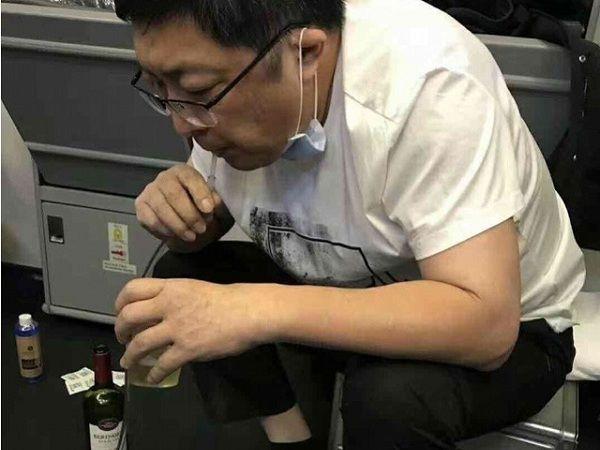 高空急救37分钟!他用嘴为老人吸出近800毫升尿液!