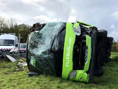 法国北部发生大巴侧翻事故导致33人受伤