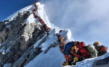 """珠峰""""大拥堵"""":亲历者称当日约320人等待登顶"""