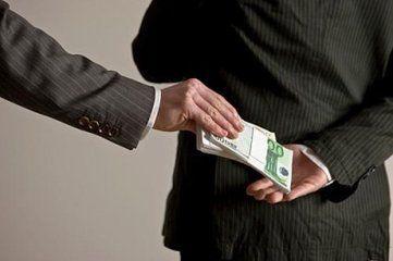 副县长挖空心思敛钱财 保险柜中有些钱甚至已发霉