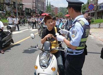 未满16岁勿骑电动车 安全非儿戏