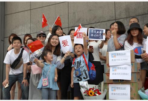 香港阿Sir与示威者深情对话 :勿因一念之差犯下大错