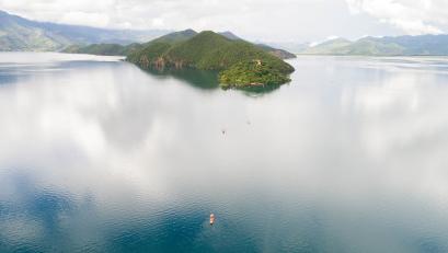 云南丽江泸沽湖景区发布游客承载量预警 建议错峰出行