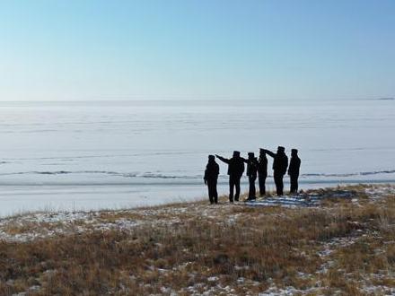【新春走基层】一群人守着一块冰