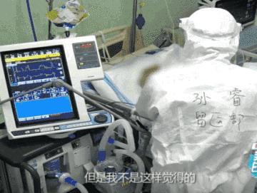用手套气球为病人加油,这位男护士有点儿暖