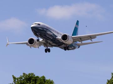 两家美国航司暂停飞香港,理由很美国