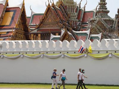 泰國示威者游行前往大王宮遞交請愿書后和平結束集會