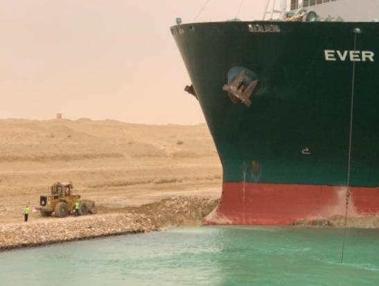 苏伊士搁浅巨轮拟利用涨潮脱困? 增两船相助