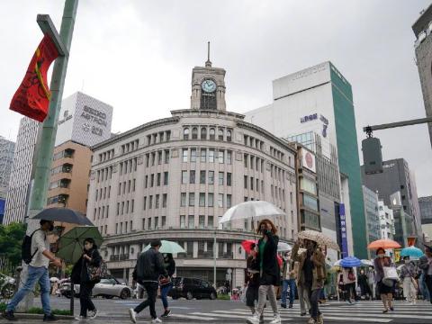 紧急状态中迎来黄金周 日本一邮轮因出现新冠病例紧急返航